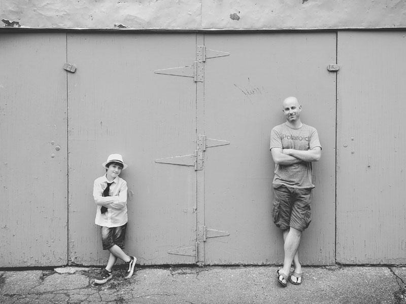 photo père et fils en noir et blanc