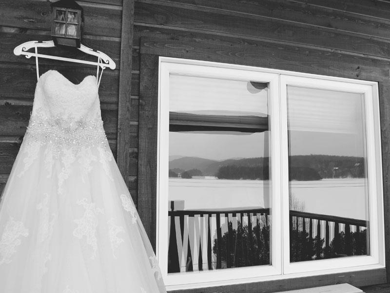 robe de mariage suspendue à l'extérieur en hiver