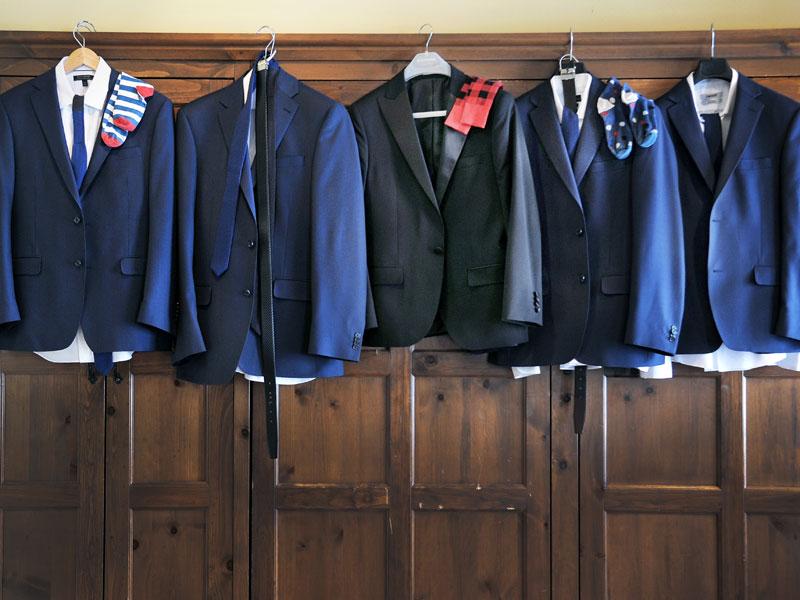les habits du marié et des garçons d'honneur