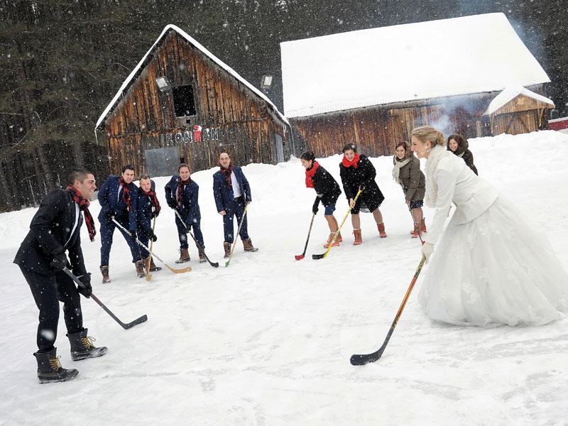 mariage d'hiver cortège et mariés jouant au hockey