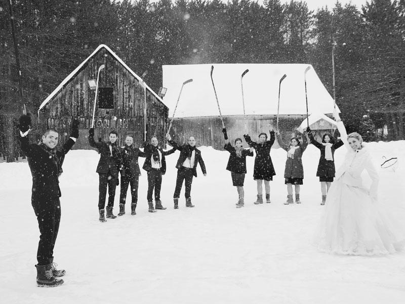 les mariés font une partie de hockey avec le cortège