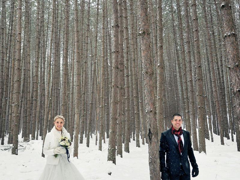 les mariés dans la neige dans la forêt