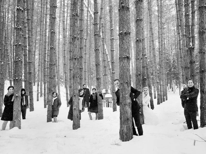 les mariés et le cortège dans les bois du Grand Lodge Tremblant