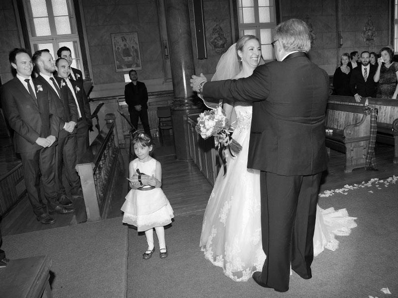 arrivée de la mariée à l'église photo noir et blanc