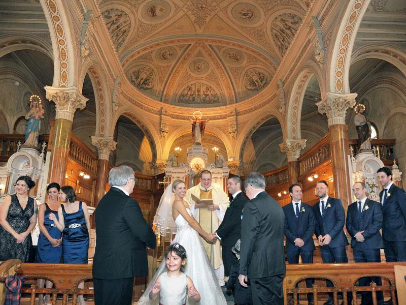 Le mariage à l'église avec les mariés et leur cortège