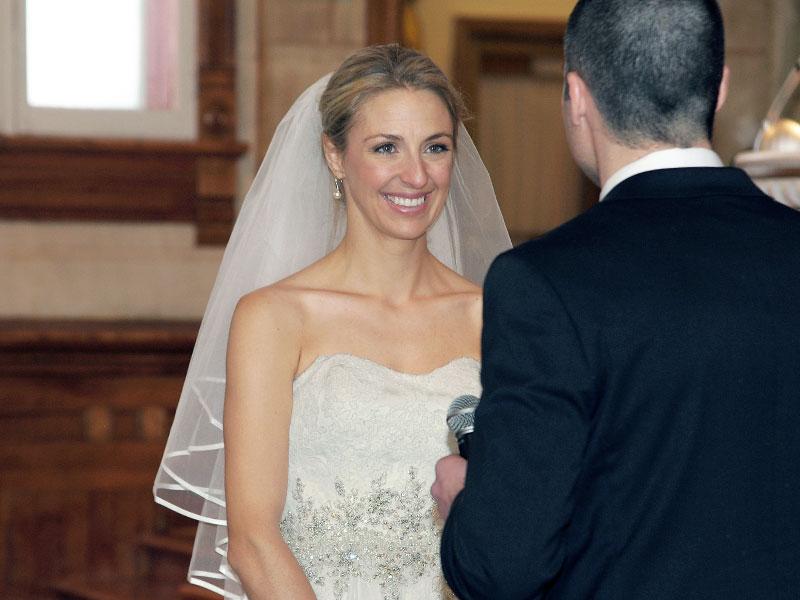 la mariée est émue lors des voeux à l'église