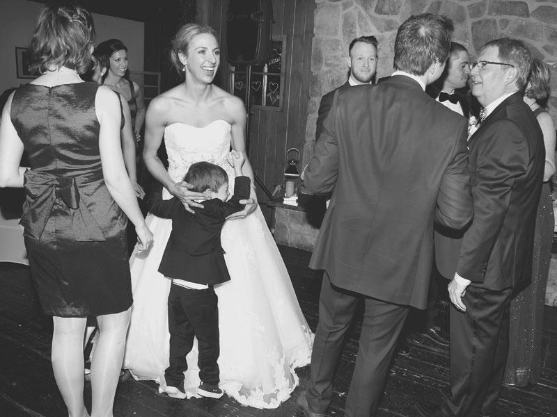 entrée en salle des mariés photo en noir et blanc