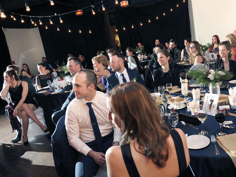 photo de mariage des invités en soirée