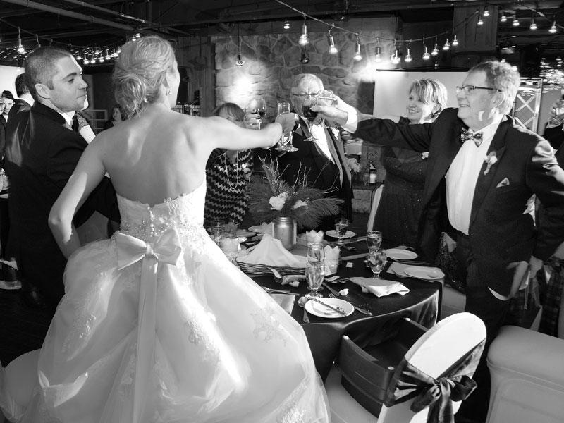 toast des mariés avec leurs parents
