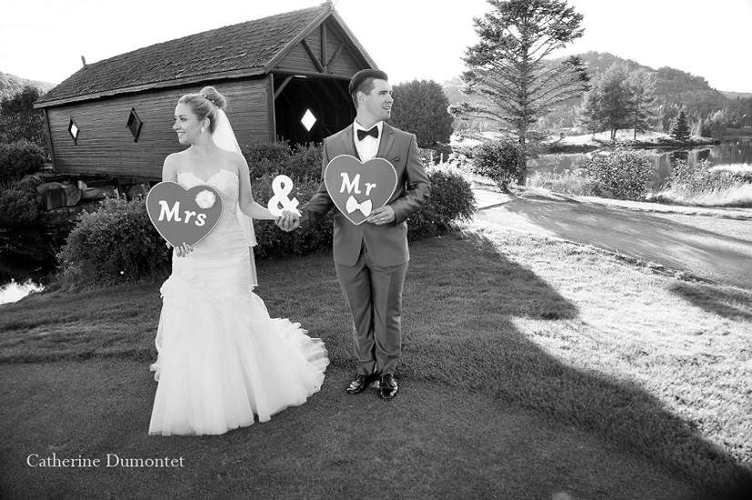 Les mariés tiennent des coeurs