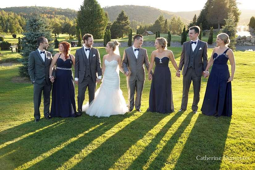 Les mariés et cortège se tiennent la main