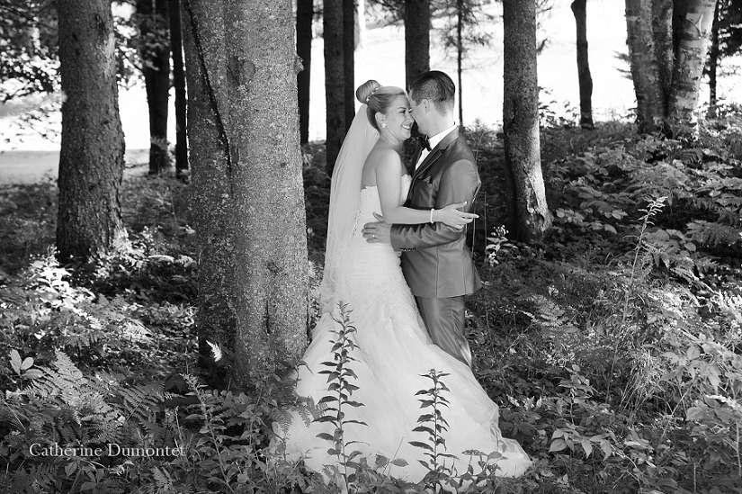 photo de mariage dans un sous-bois