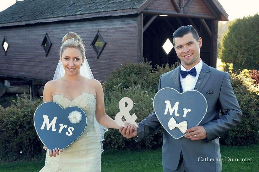 Les nouveaux mariés avec des coeurs