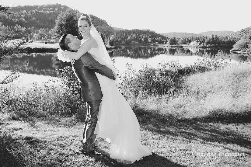 la mariée dans les bras de son épu