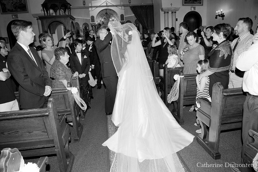 la mariée et son père dans l'allée de l'église