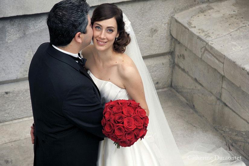 le marié murmure à l'oreille de sa douce