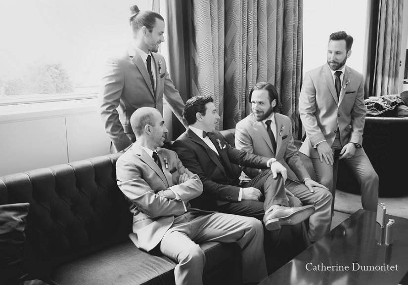 Le marié et les garçons d'honneur dans le hall d'hôtel