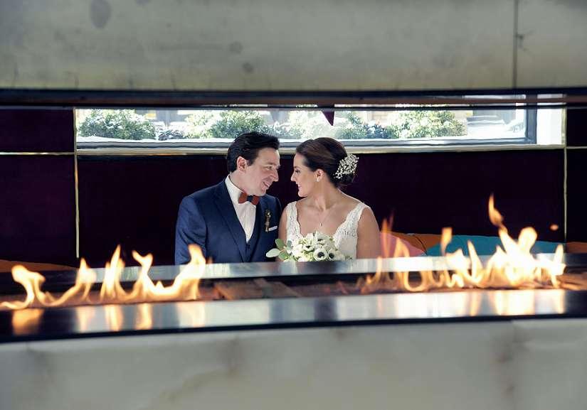 Les mariés se regardant à travers un foyer