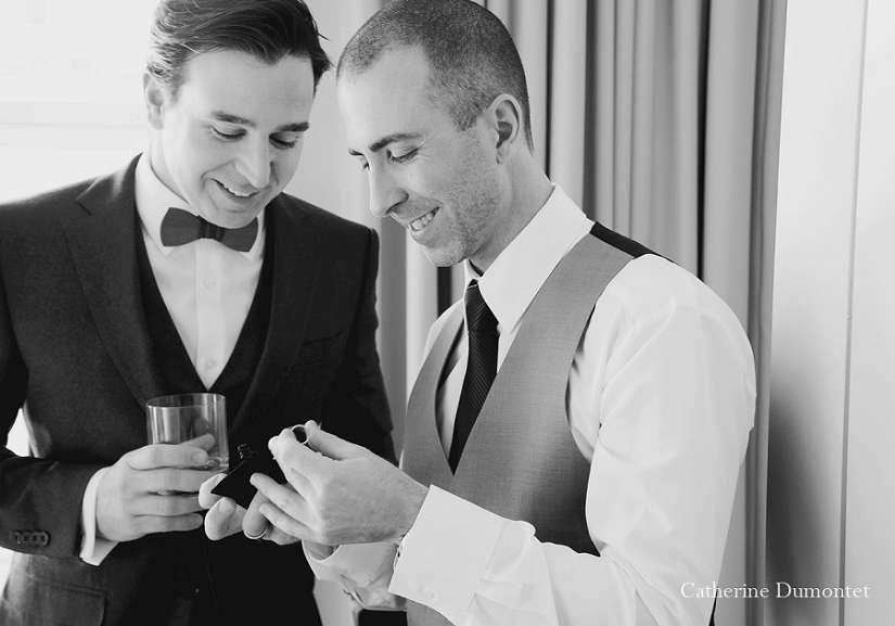 Le marié et son garçon d'honneur tenant les bagues