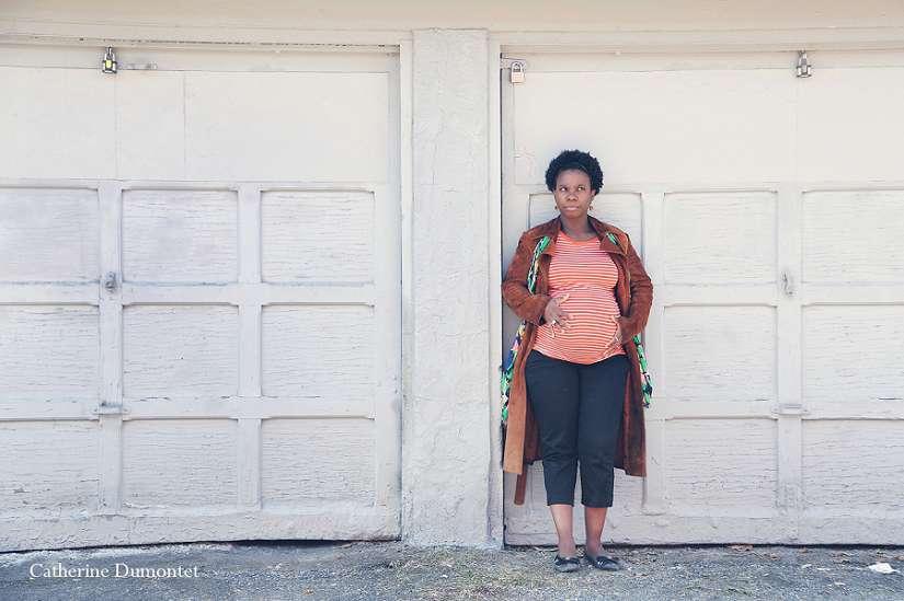 photo de maternité devant une porte de garage