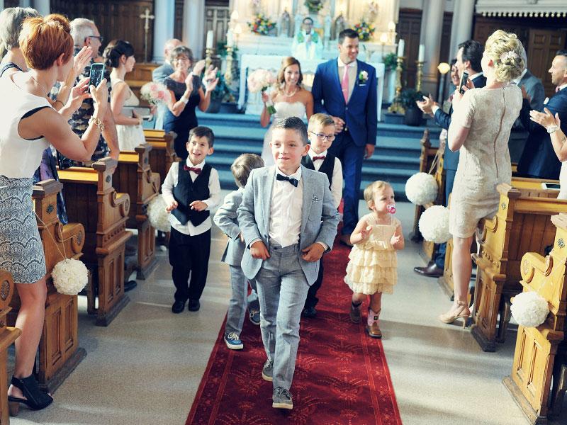 marche des enfants à une cérémonie de mariage