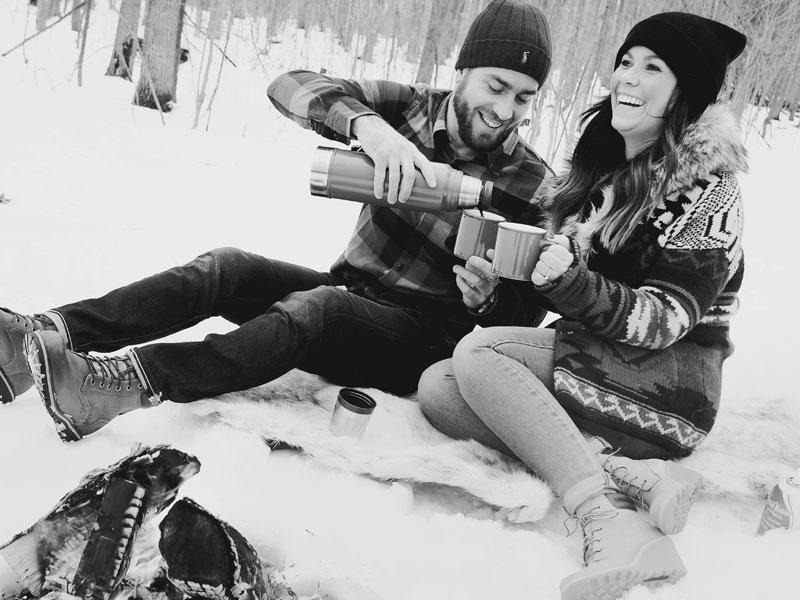 fiancés qui rigolent ensemble