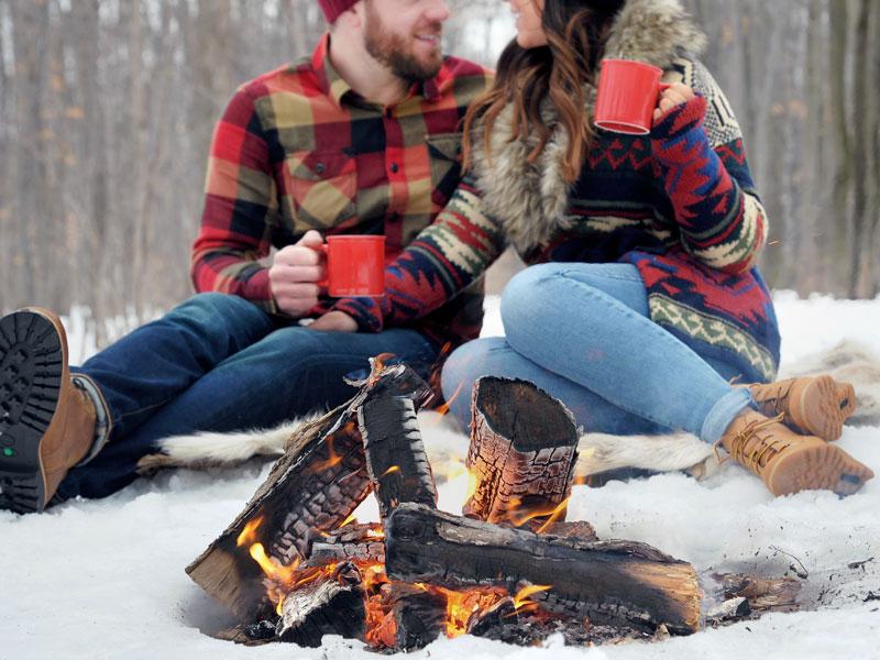 Séance fiançailles devant un feu