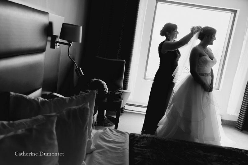 La maman de la mariée l'aide à mettre son voile