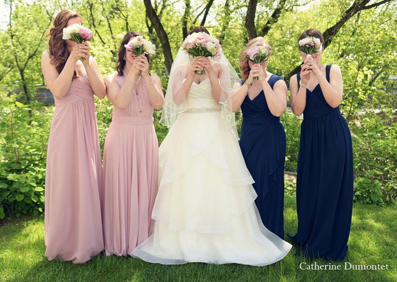 La mariée et demoiselles d'honneur avec bouquets