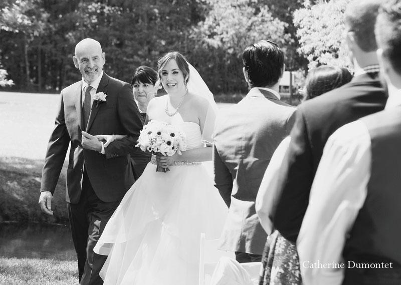 La mariée arrivant au bras de son papa
