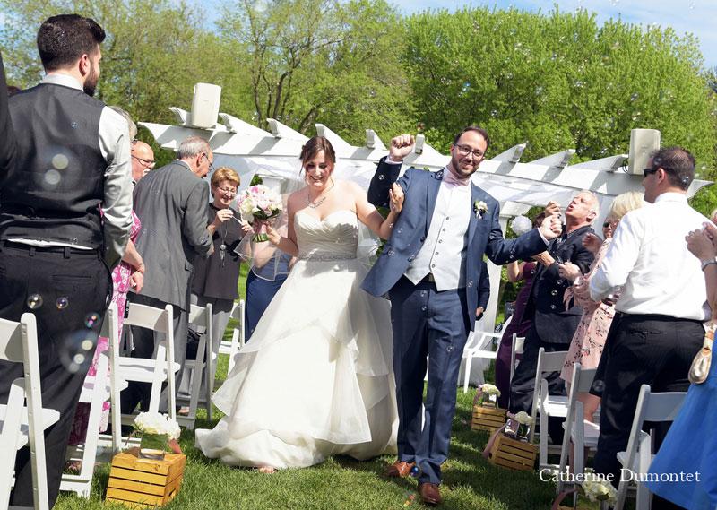 les mariés marchent vers la sortie