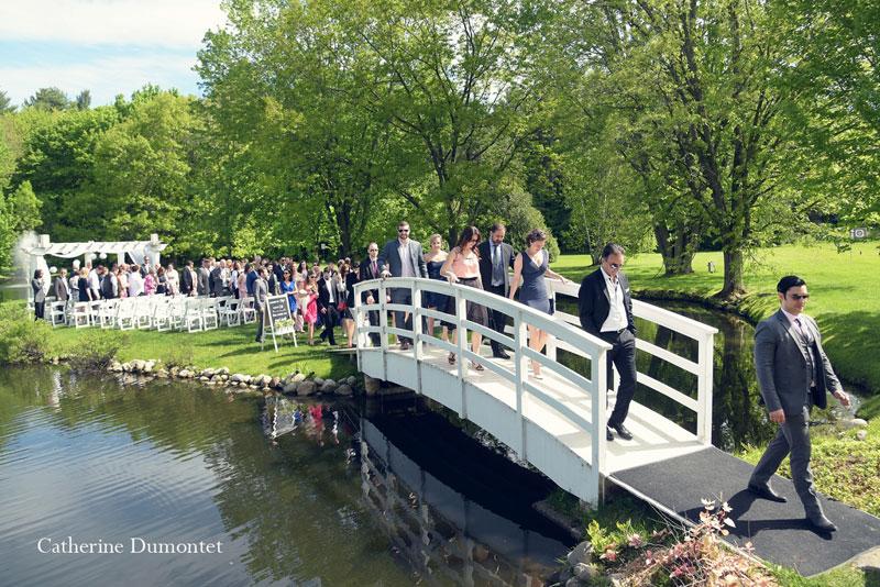 les invités traversent le pont de la Distinction