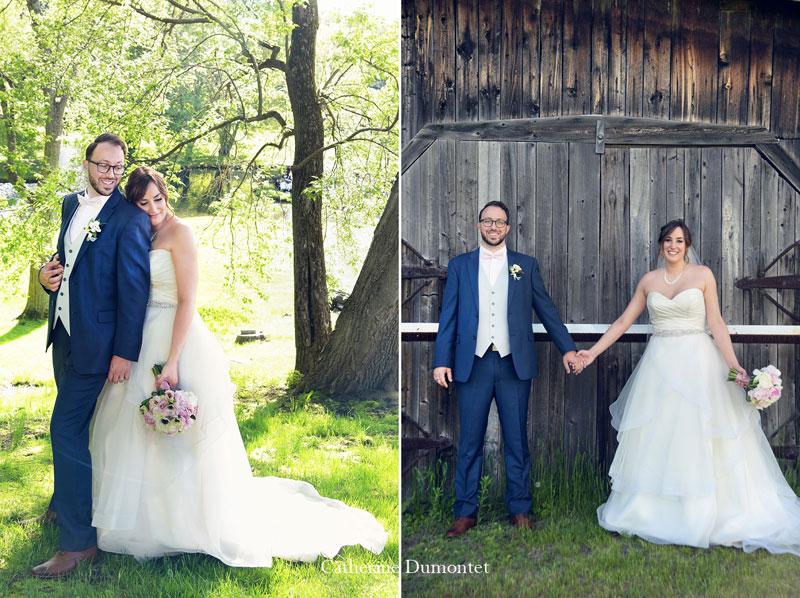 les mariés devant une grange à Joliette et à la Distinction