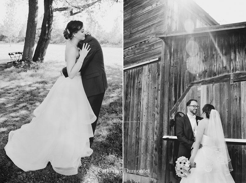 les mariés devant une grange à Joliette