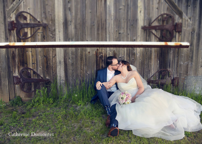 les mariés s'embrassant devant une grange dans Lanaudière