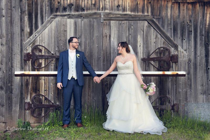les mariés devant une grange dans Lanaudière