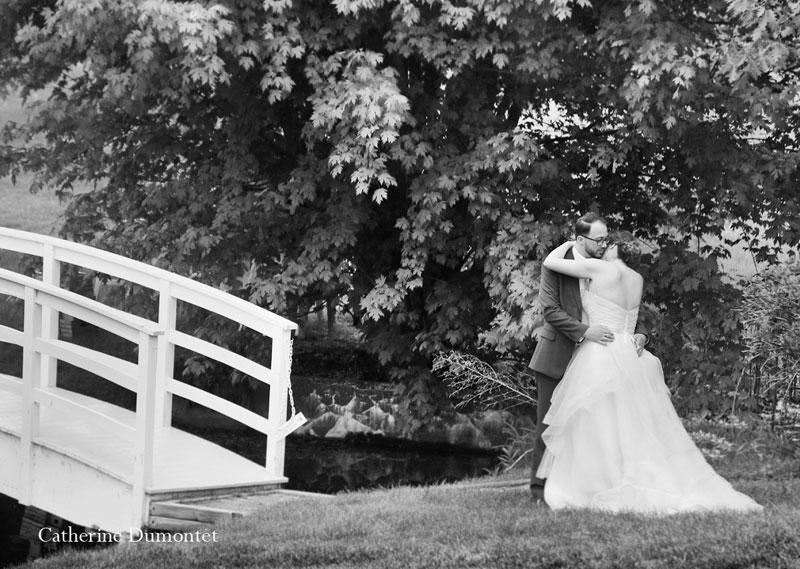Les mariés devant le pont de la Distinction de Joliette