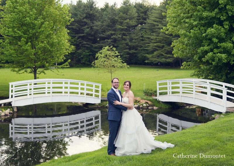 Les mariés devant les ponts de la Distinction de Joliette