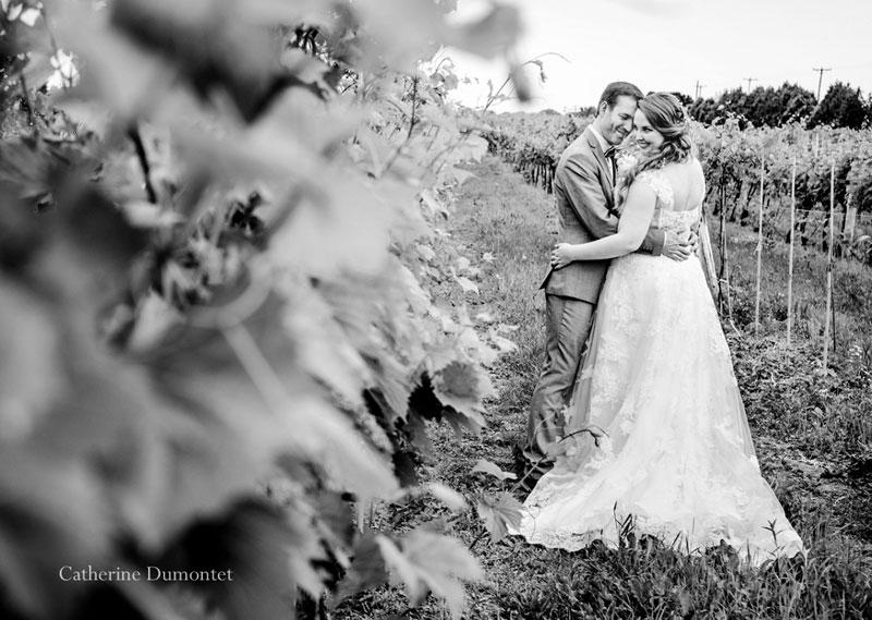 Les mariés dans les vignes du Vignoble de la Bauge