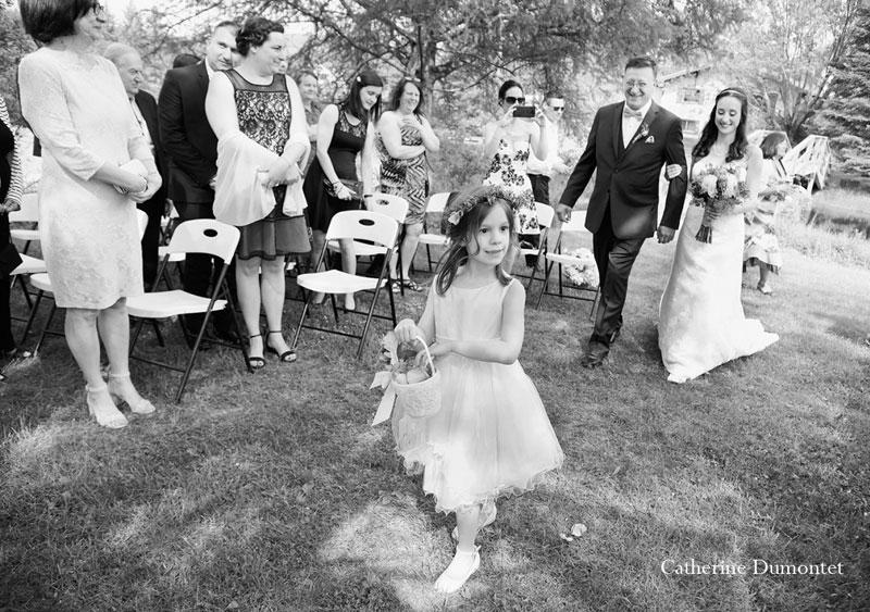 la bouquetière marche devant la mariée