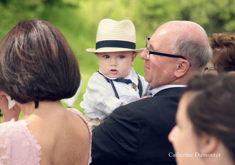 le fils des mariés pendant la cérémonie