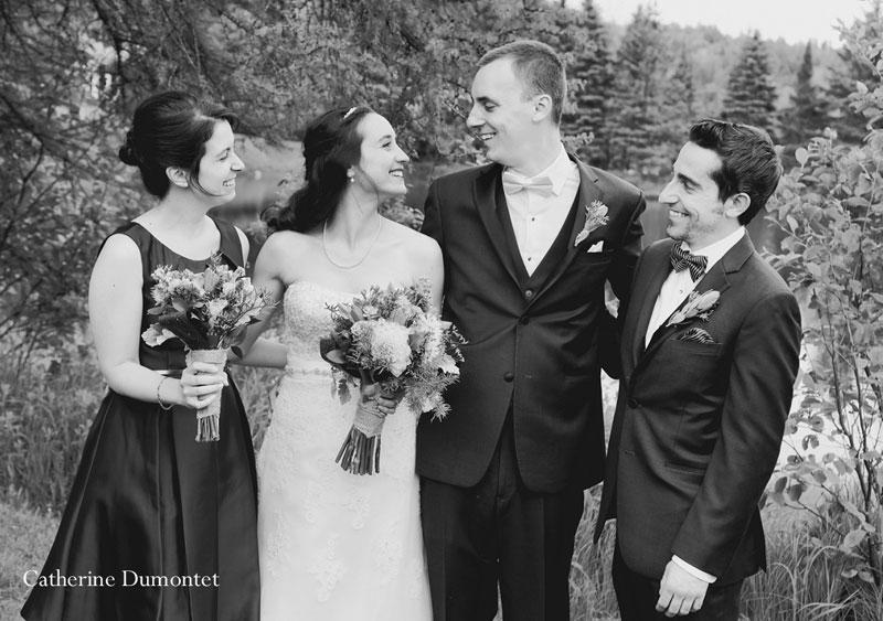 Les mariés avec leur demoiselle et garçon d'honneur