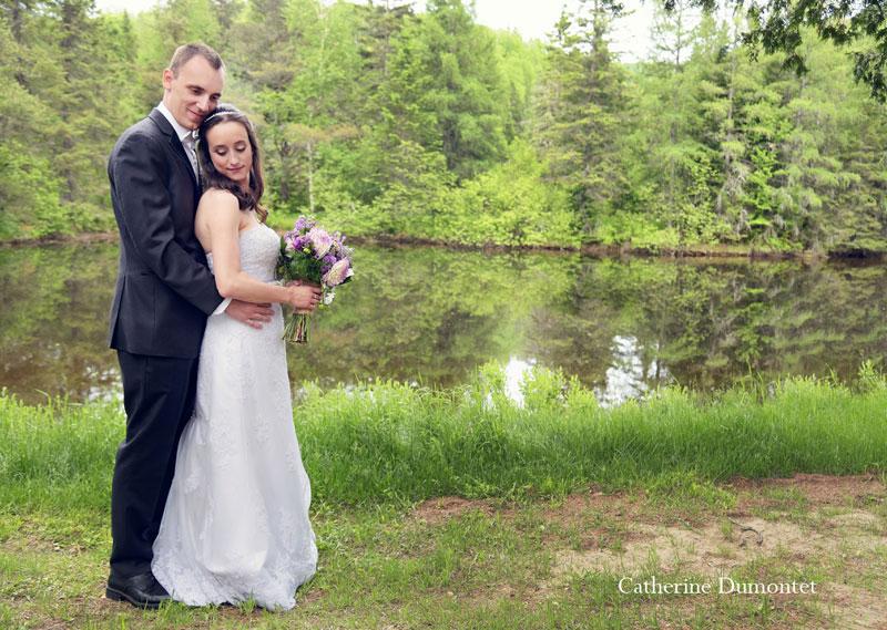 Les mariés devant un lac des Laurentides