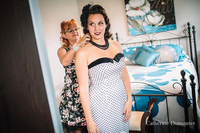 la mariée s'habille avec sa maman