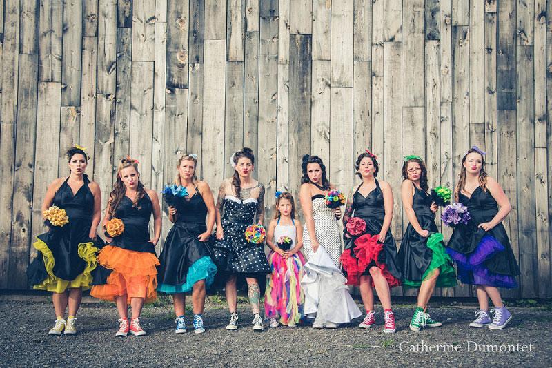 les mariées avec le cortège couleurs arc-en-ciel