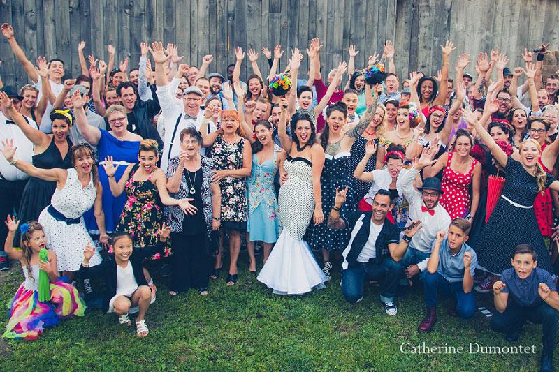 Photo de groupe avec les invités du mariage