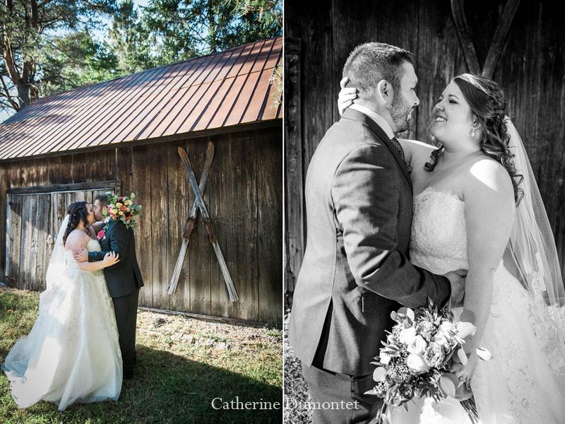 Les mariés devant une grange à St-Sauveur