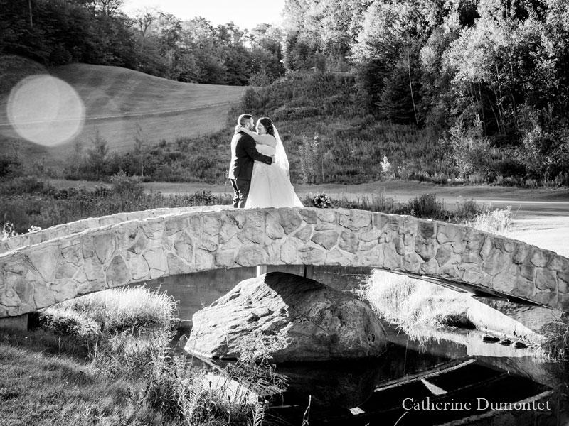 Les mariés sur le pont de l'Hôtel Mont-Gabriel
