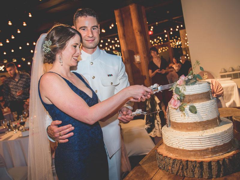 les mariés coupent le gâteau de noce