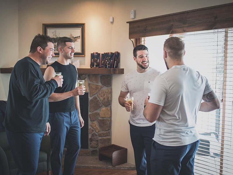 le marié parle à ses garçons d'honneur